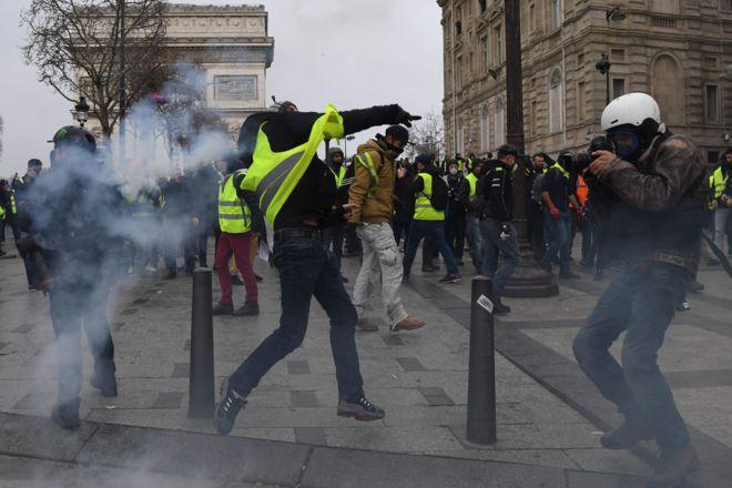 """На демонстрации """"желтых жилетов"""" полиция распылила слезоточивый газ, чтобы успокоить активистов"""