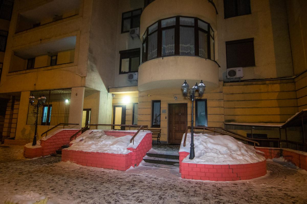 В Киеве из 24 этажа жилого дома по адресу Дмитриевская, 59 выпал парень