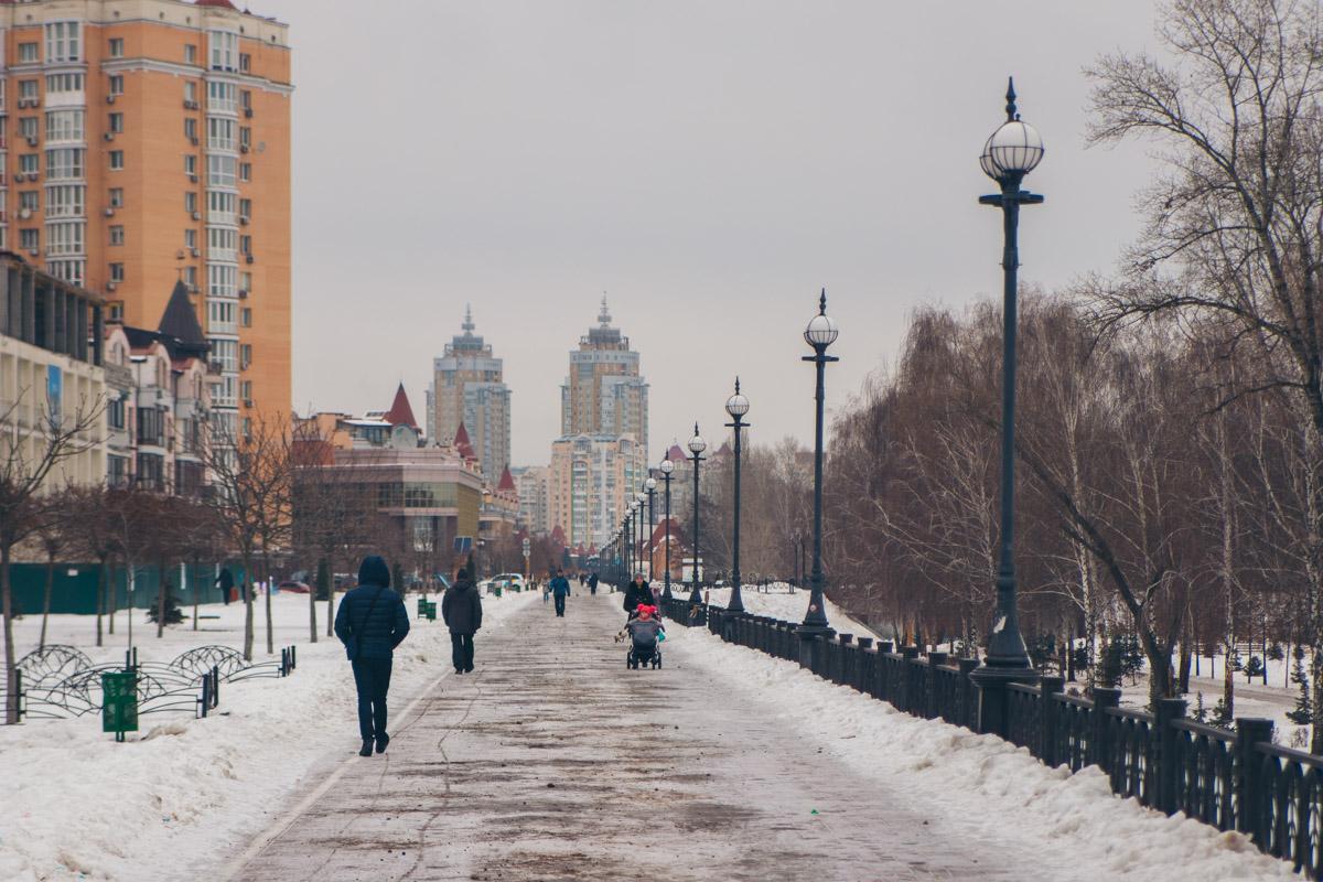 Холодная погода не мешает жителям Киева наслаждаться красивой набережной