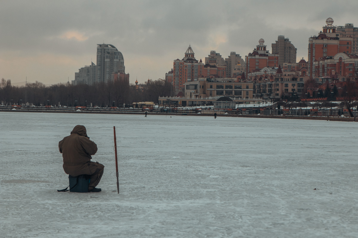 Одинокий рыбак любуется зимним пейзажем