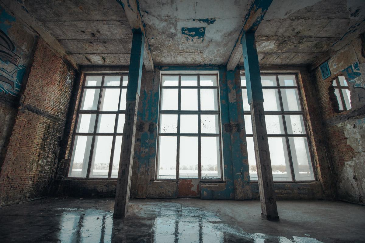 Большие окна вокзала пропускают очень много света, делая массивное здание хоть немного, но более воздушным