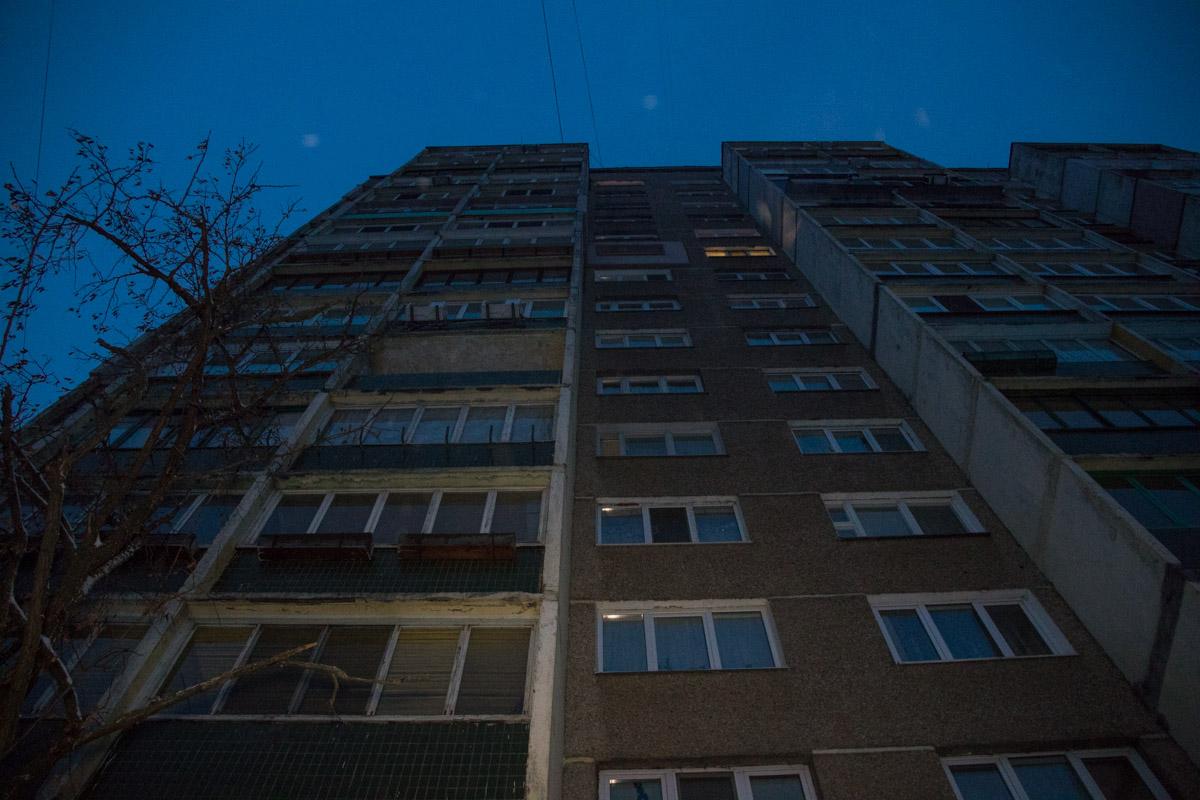 На Троещине мужчина выпал с балкона