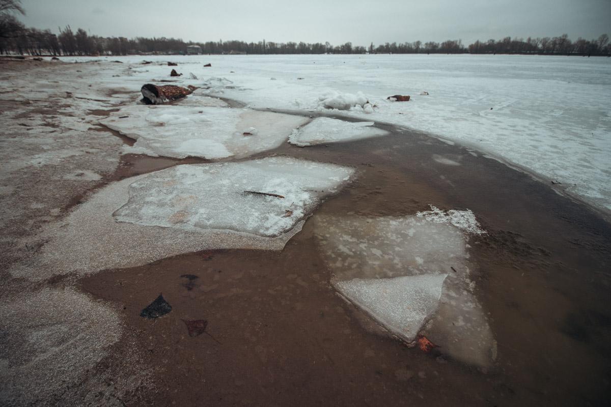 Днепр потихоньку начинает затягивать льдом