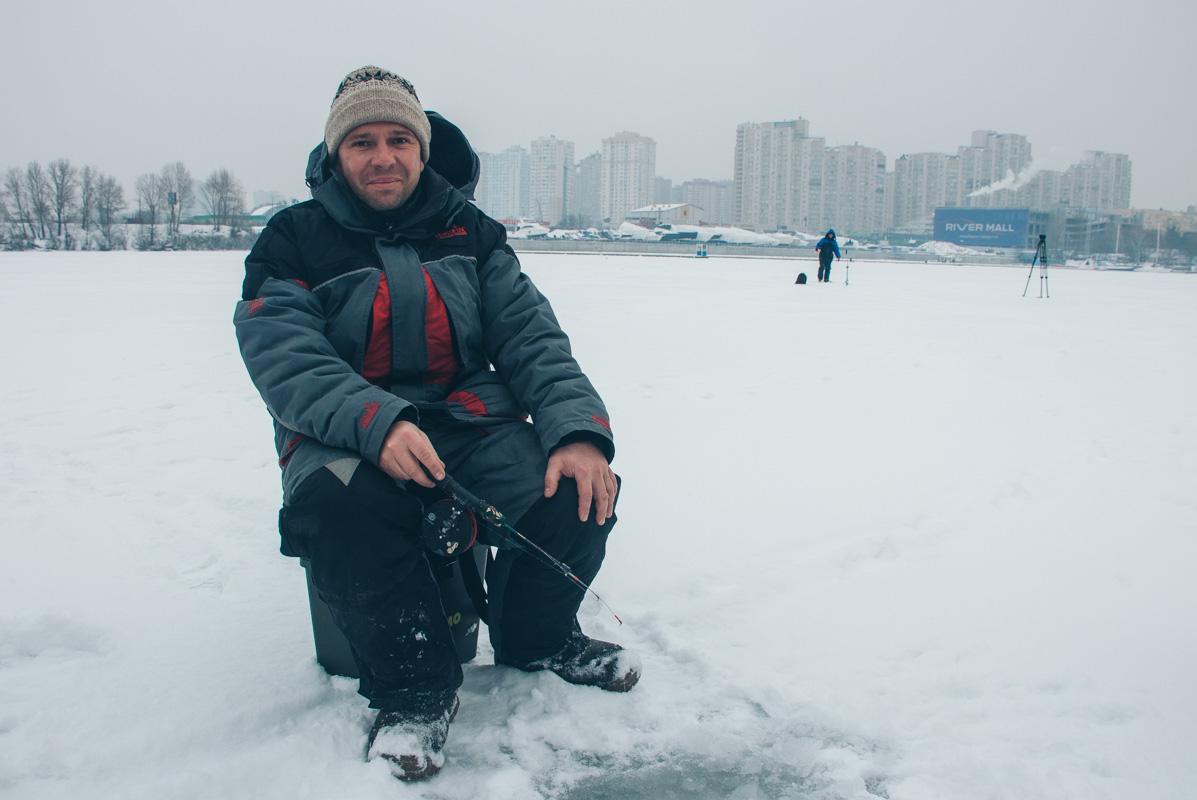 С приходом холодов на лед выходят рыбаки