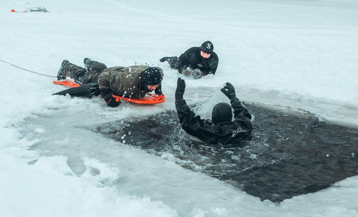 Для этого спасатели на постоянной основе тренируются, несмотря на ледяную воду