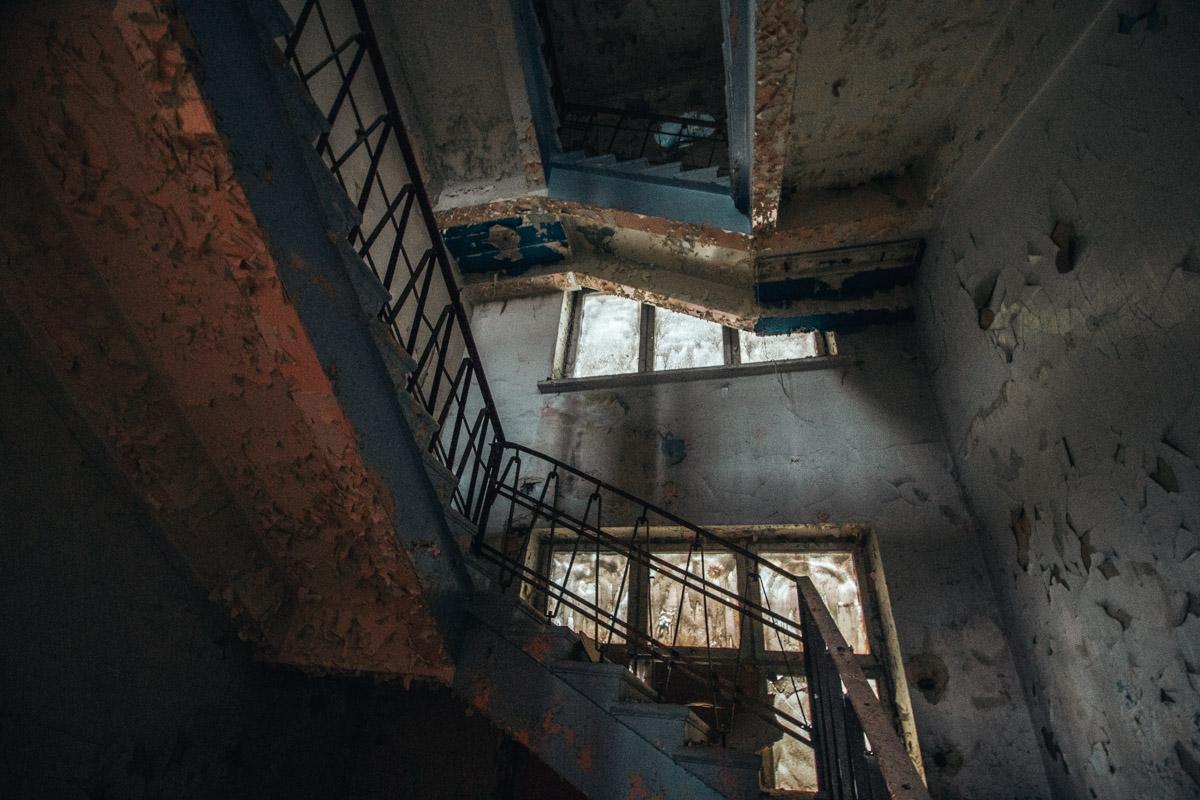 Попадая в здание, в голову приходят два слова: масштаб и геометричность