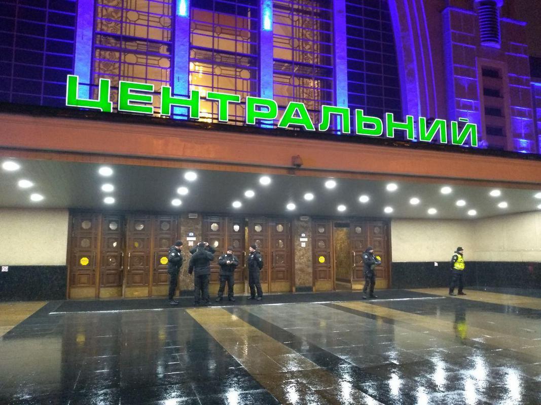 Оба входа заблокированы сотрудниками полиции