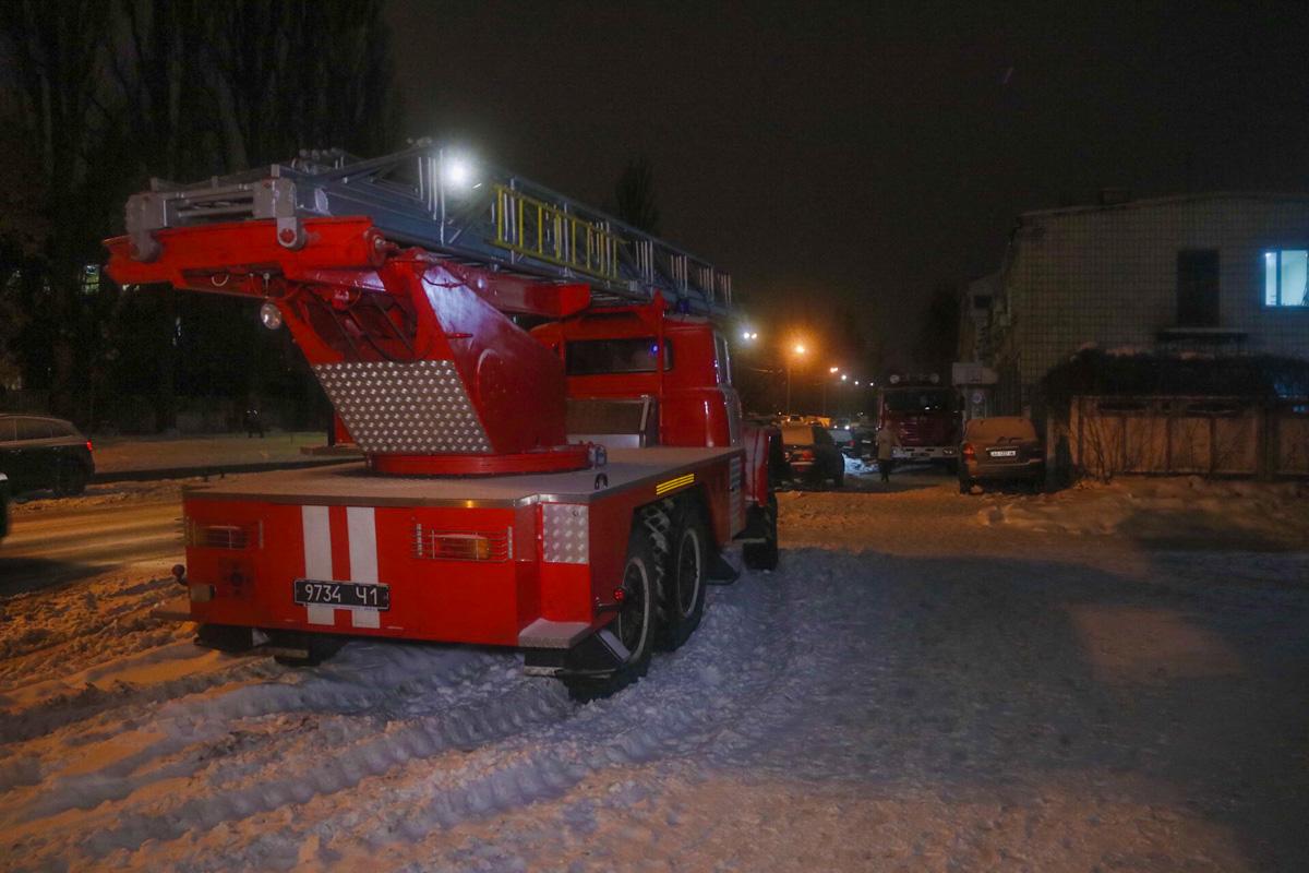 На месте работали три единицы пожарно-спасательной техники и следственно-оперативная группа, дежурили патрульные и медики