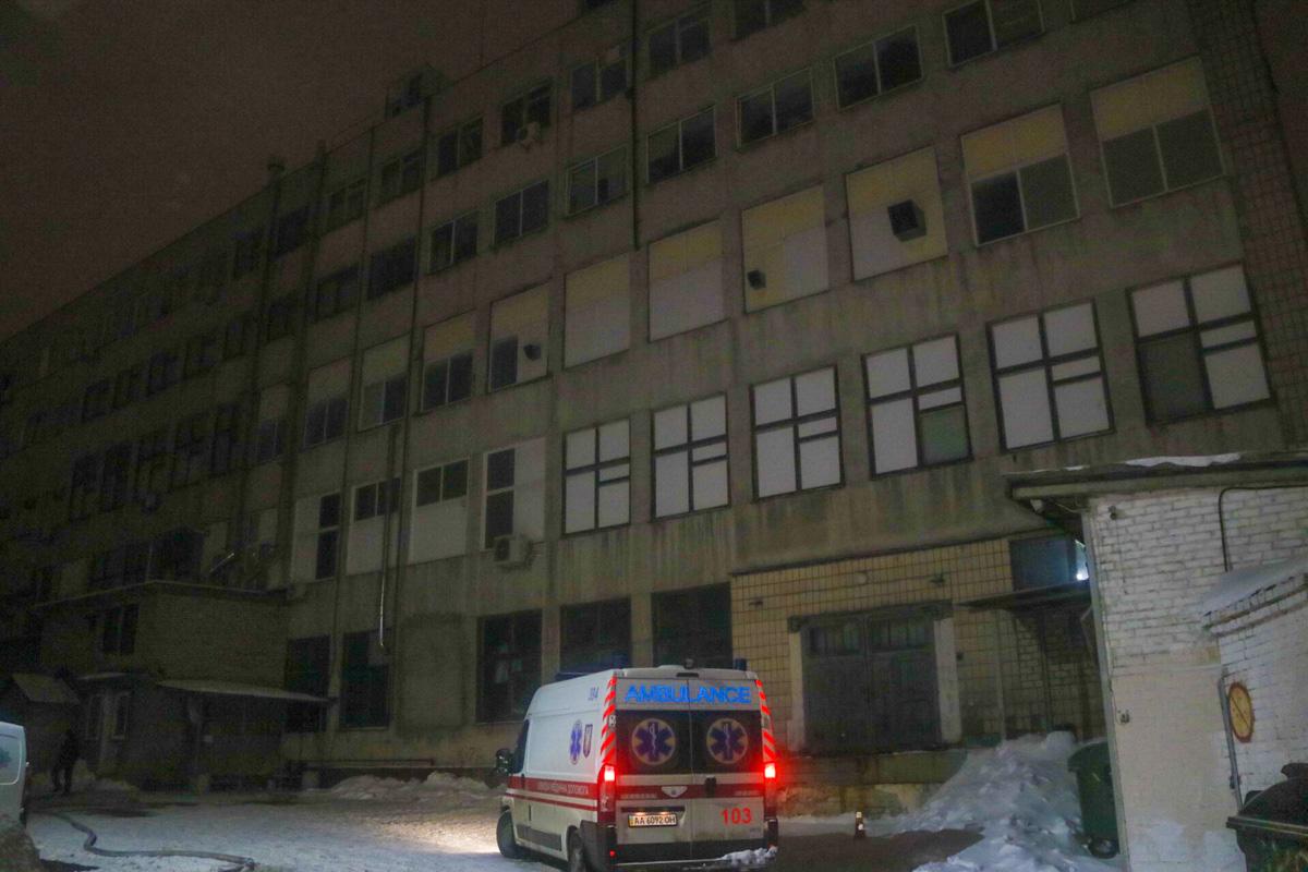 По предварительной информации, в помещении на четвертом этаже произошло замыкание и загорелась проводка