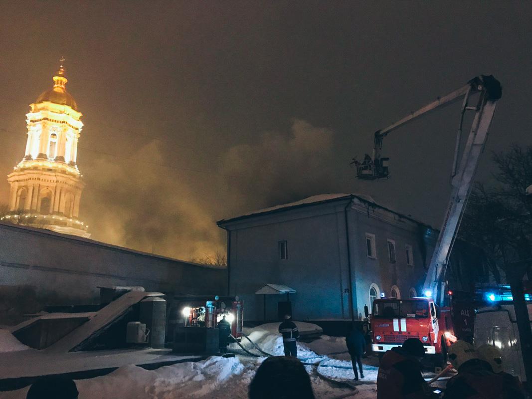 Пожар возник в одном из исторических зданий Киево-Печерской Лавры