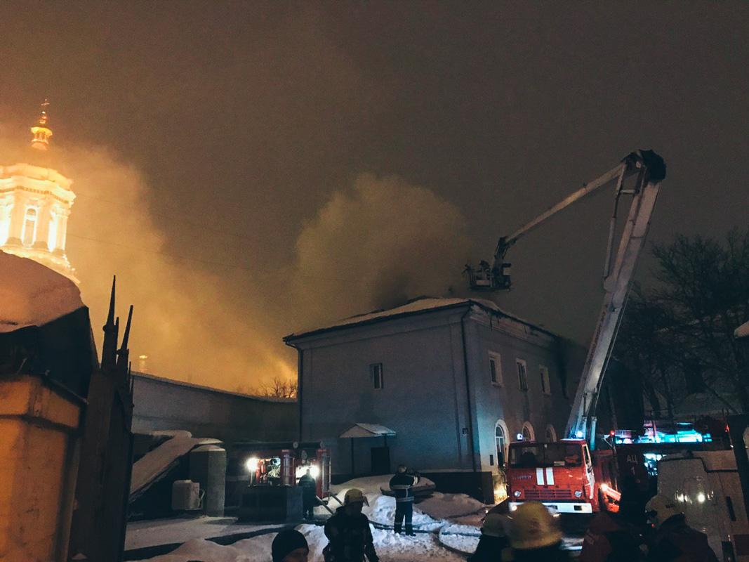 Предварительно, загорелся второй этаж здания, который переметнулся на крышу