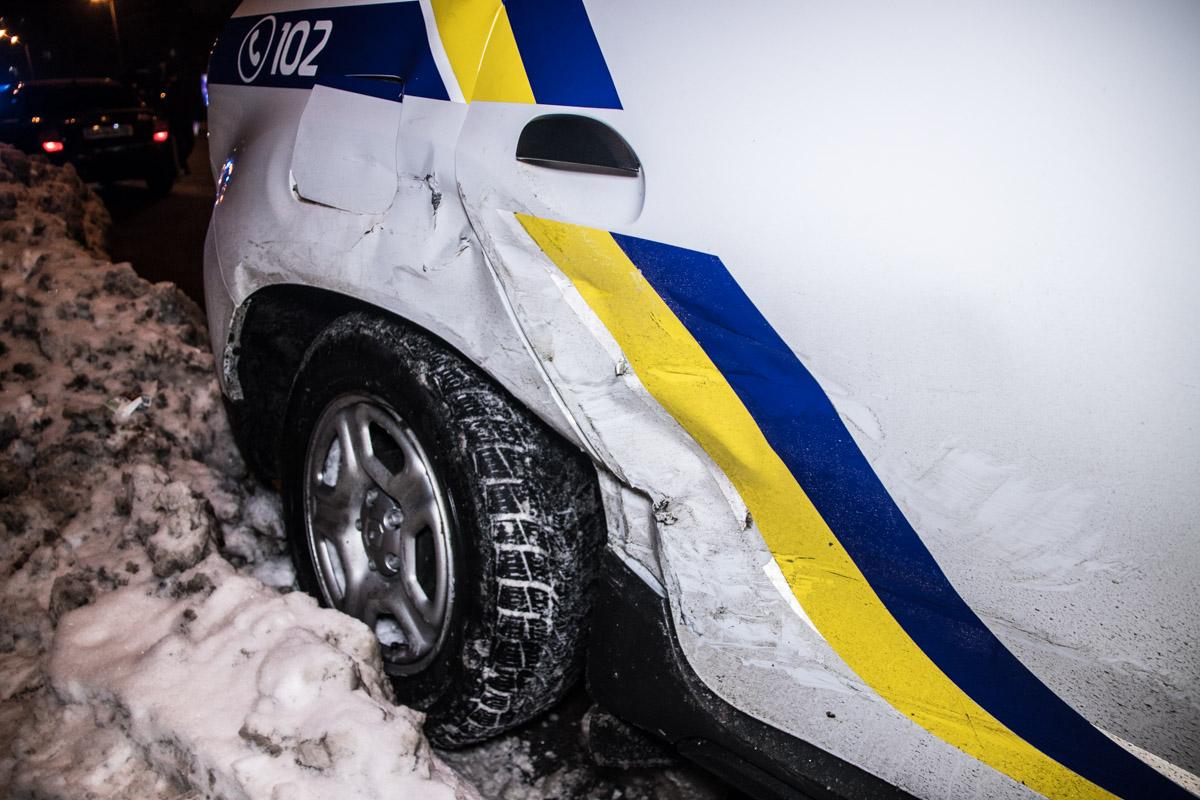 В то же время у полицейского Renault смят бок