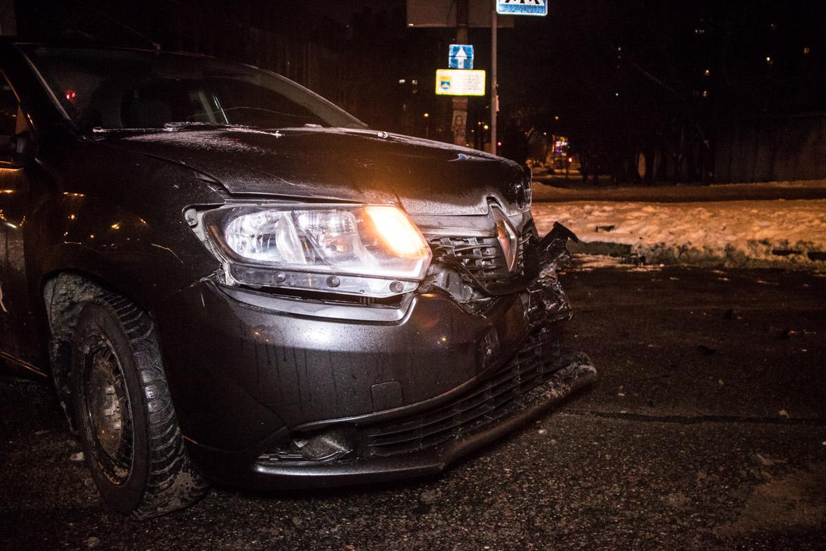 В результате аварии один из полицейских повредил себе ногу