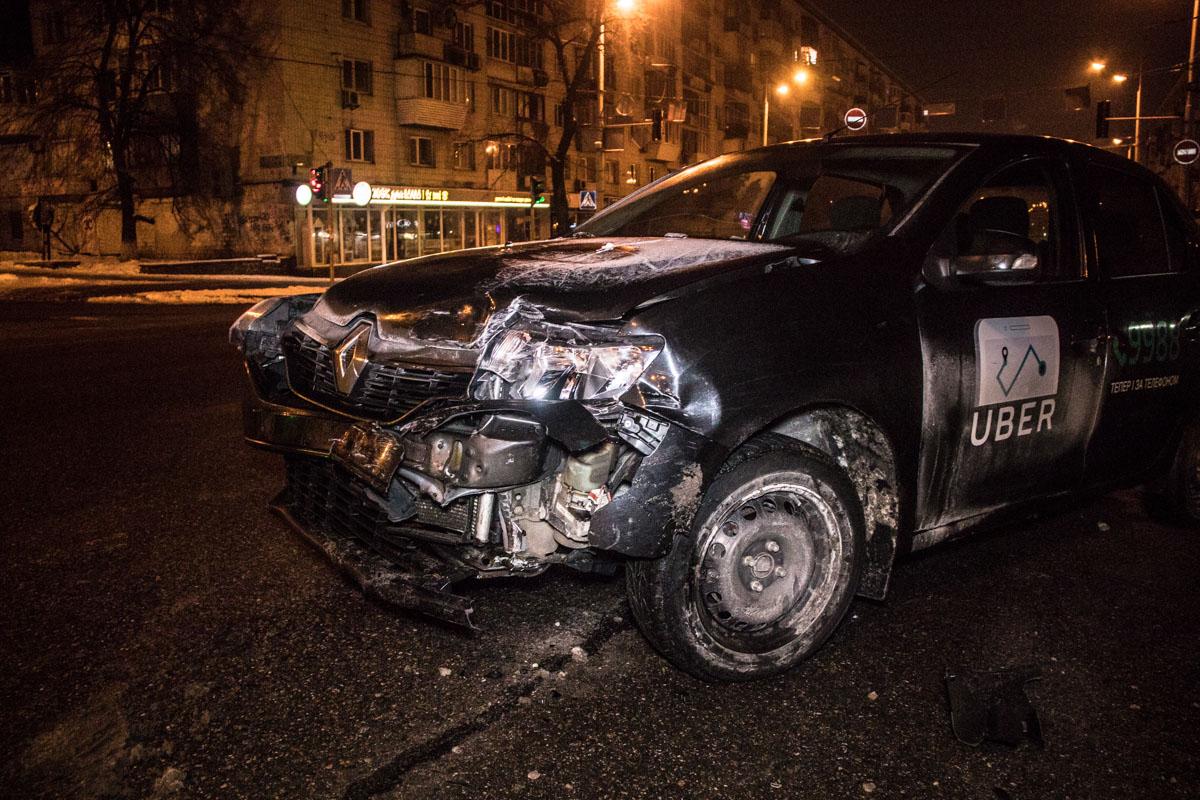 В результате столкновения у гражданского Renault серьезно повреждена лобовая часть