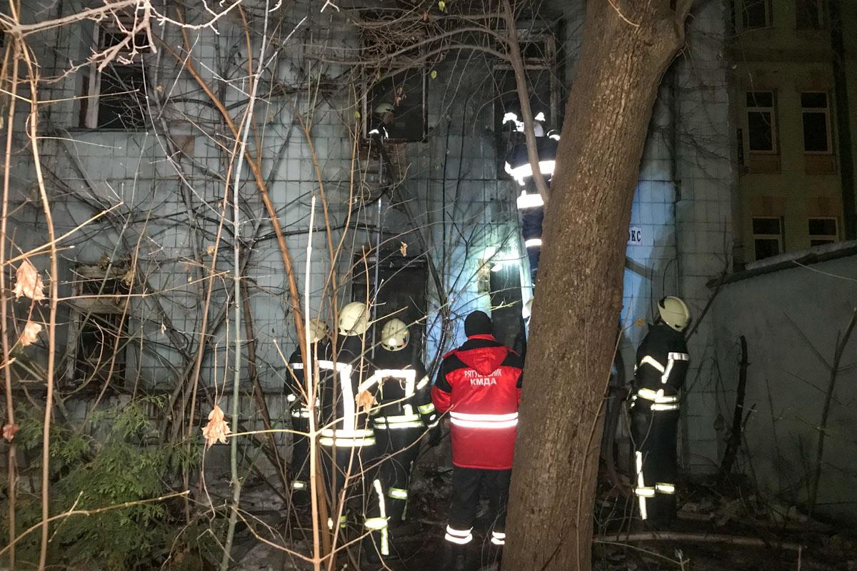 В ночь на 5 января в Киеве во дворе дома по адресу улица Эспланадная, 32 произошел пожар