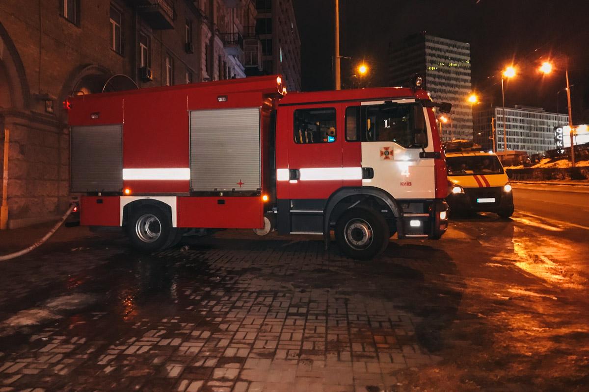 На месте работали по меньшей мере пять единиц пожарной и специальной техники