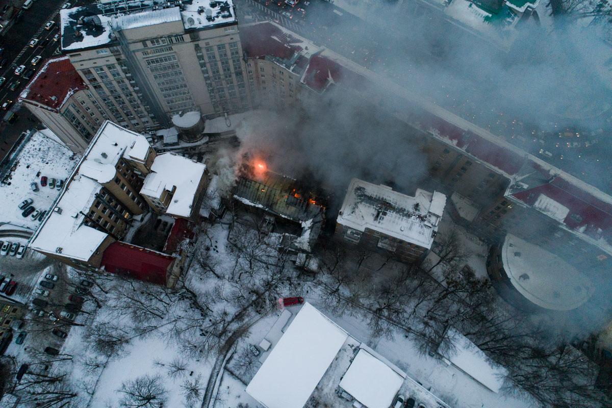 Причины возгорания выяснит следствие после полной ликвидации пожара