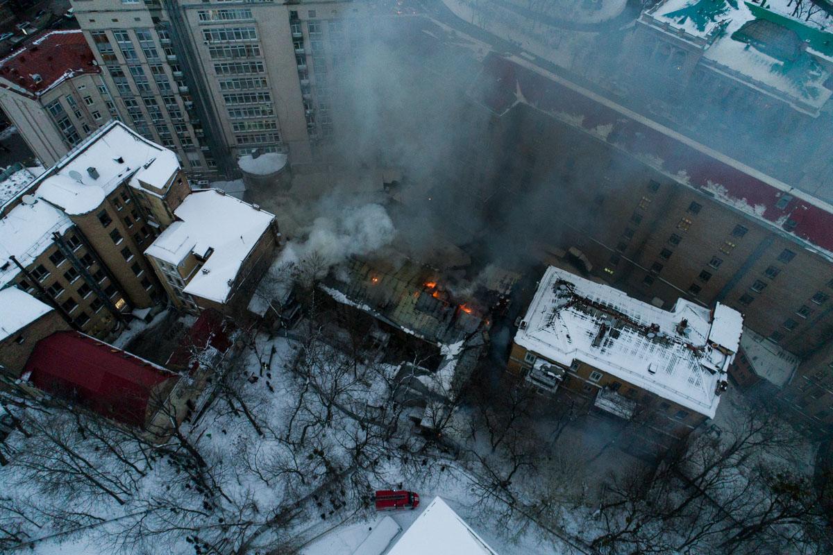 По данным ГСЧС, около 16:50 пожар был локализован