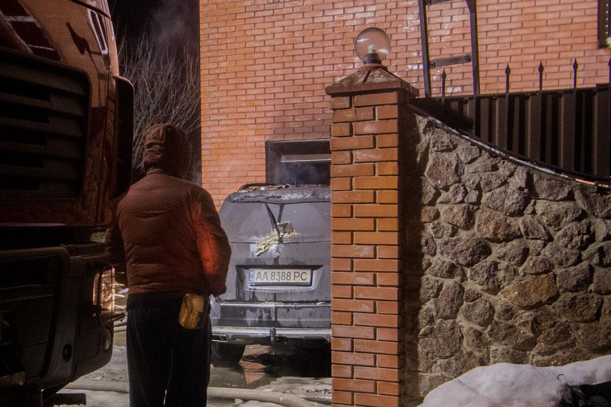 В ходе ликвидации пожара на улицу выкатили автомобиль Mercedes