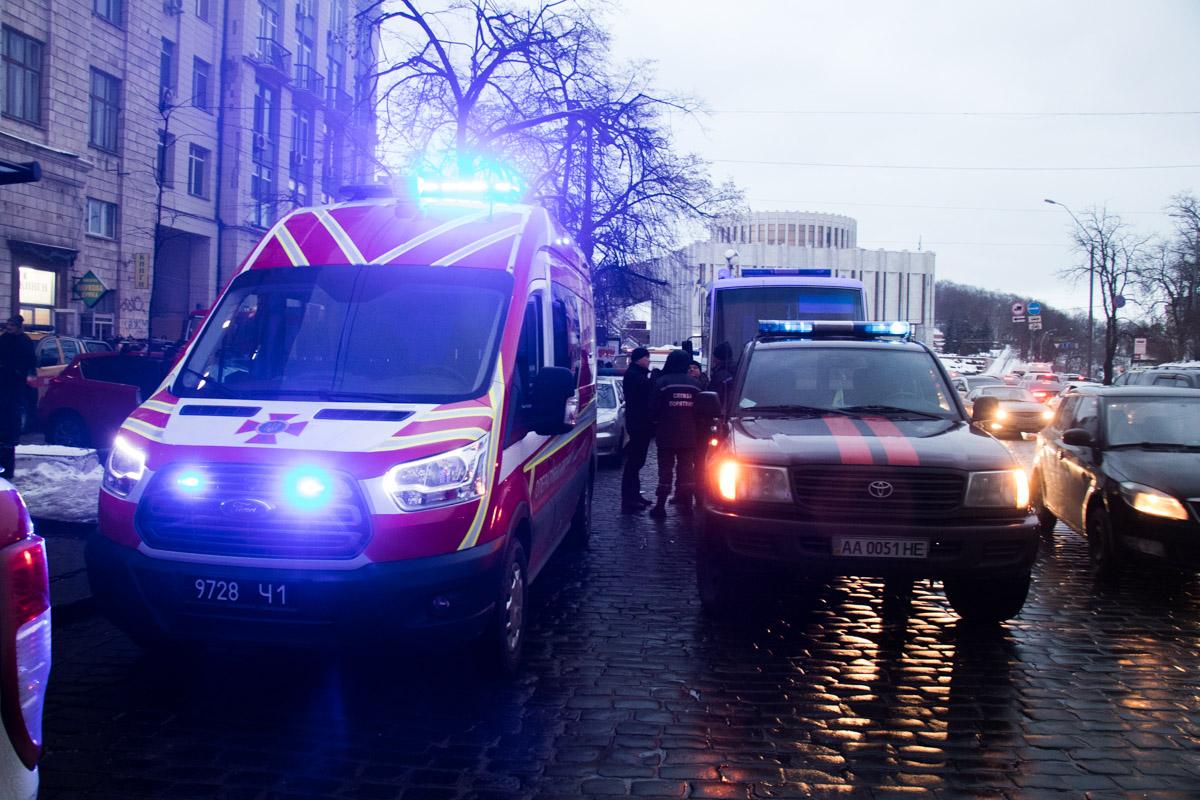 """Есть угроза, что огонь перекинется на крышу пятиэтажного жилого дома и отеля """"Днепр"""""""