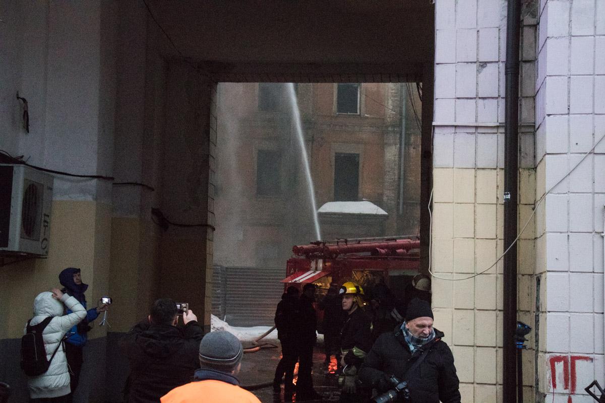 По адресу Крещатик 1/2 загорелась крыша отселенного нежилого здания