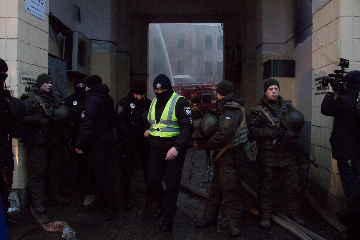 роход во двор закрыли, его охраняют патрульные и представители Нацгвардии