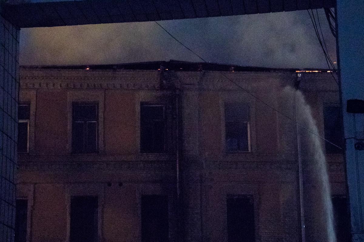 По предварительной информации, загорелась крыша, площадь пожара — около 800 квадратных метров