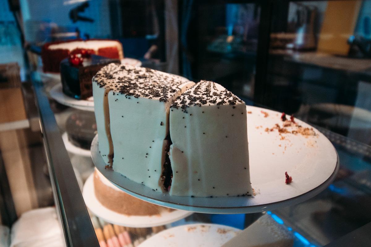 Каждый день в кафе привозят свежие нежные тортики