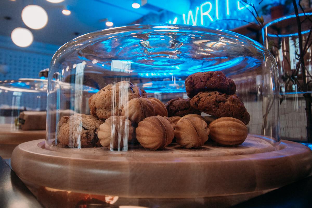 Маленькие сладости стоят по 35 гривен