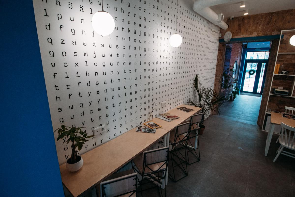 По всему кафе лежит множество журналов Vogue, National Geographic и других