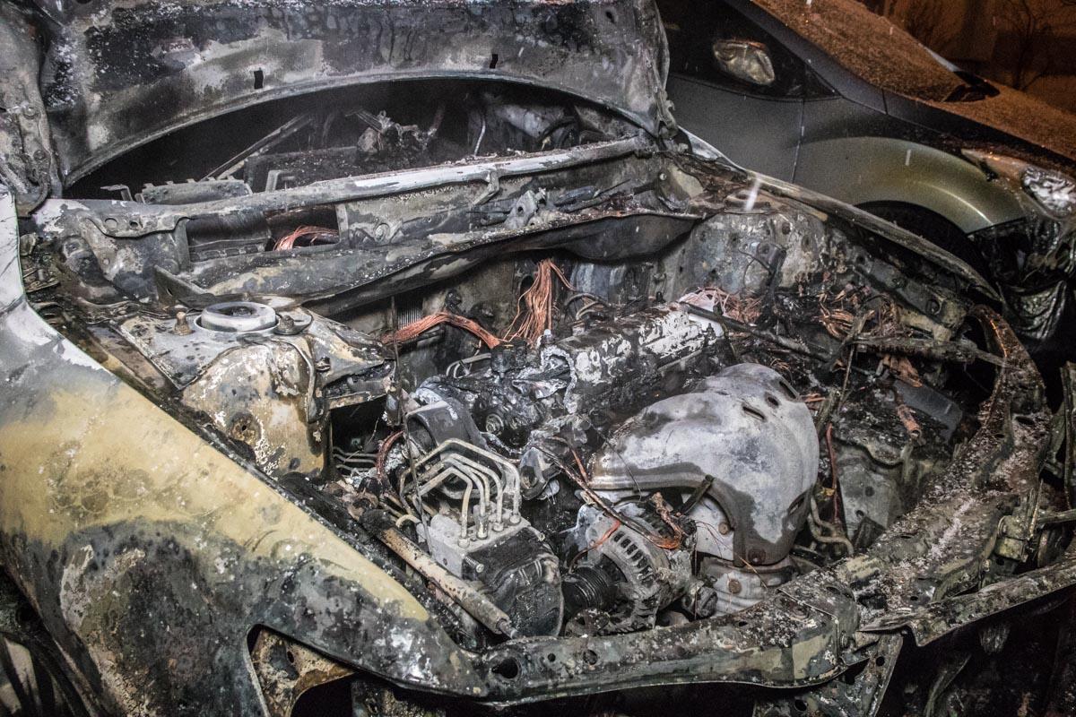К счастью, прибывшие пожарные ликвидировали пожар, не дав ему перекинуться на третий автомобиль - Hyundai Elantra