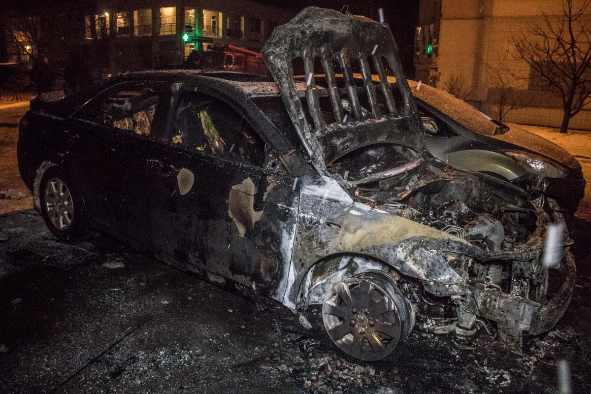 В Киеве на Троещине в результате пожара сгорела Toyota Camry