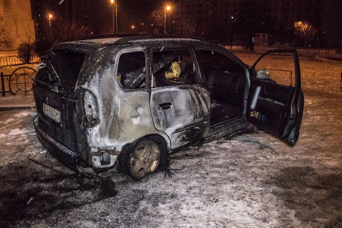 Пожар также перекинулся на припаркованную рядом Mitsubishi Space Star