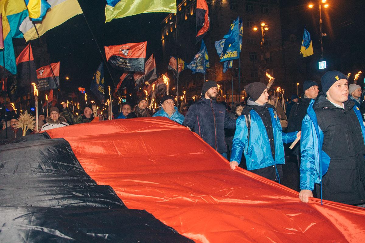 Активисты держат в руках государственную символику и общаются исключительно на украинском языке