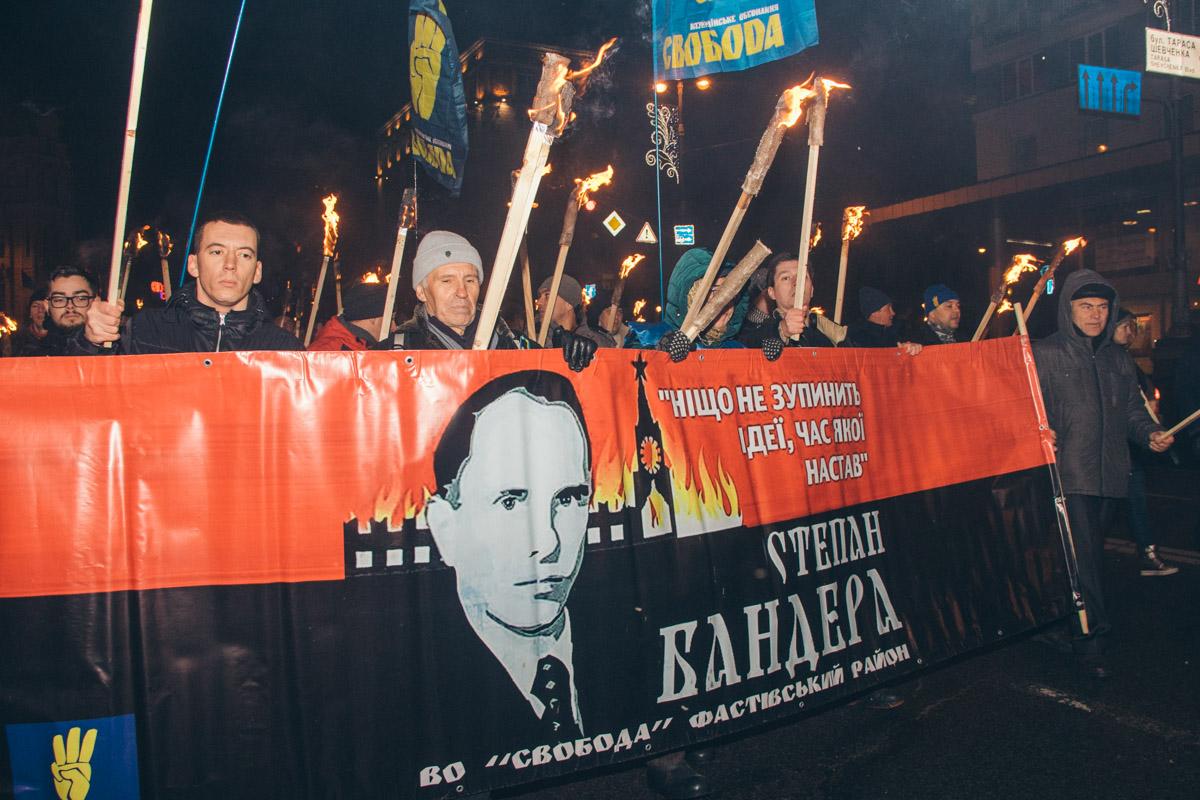 Колонна марширующих буквально горела, так как активисты вышли на шествие с факелами
