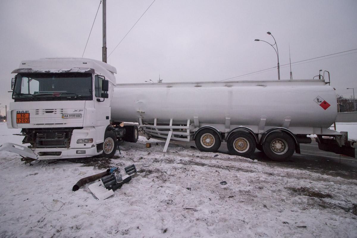 В Киеве на улице Академика Заболотного произошла авария с участием седельного тягача DAF