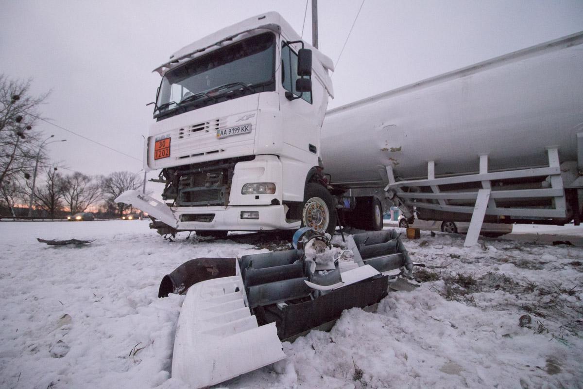 Бензовоз получил серьезные повреждения кабины и самой цистерны
