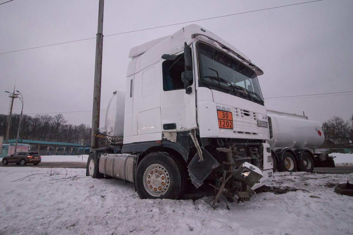 Водитель грузовика, чтобы избежать столкновения с пешеходом, сбил электроопору и вылетел на обочину