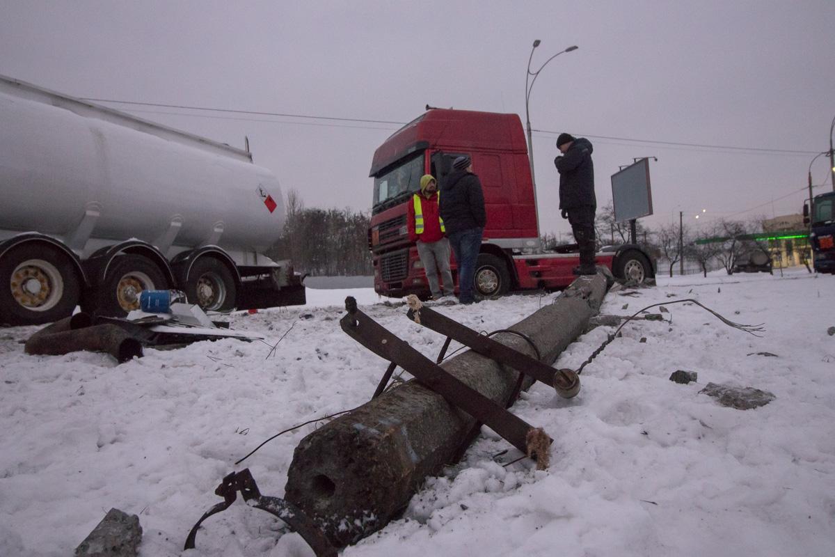 Водитель бензовоза двигался в средней полосе по улице Академика Заболотного