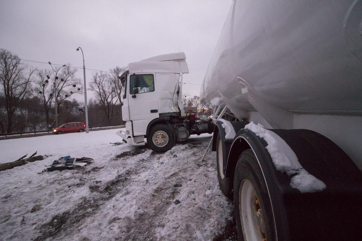 Чтобы избежать столкновения водитель тягача резко вывернул руль влево