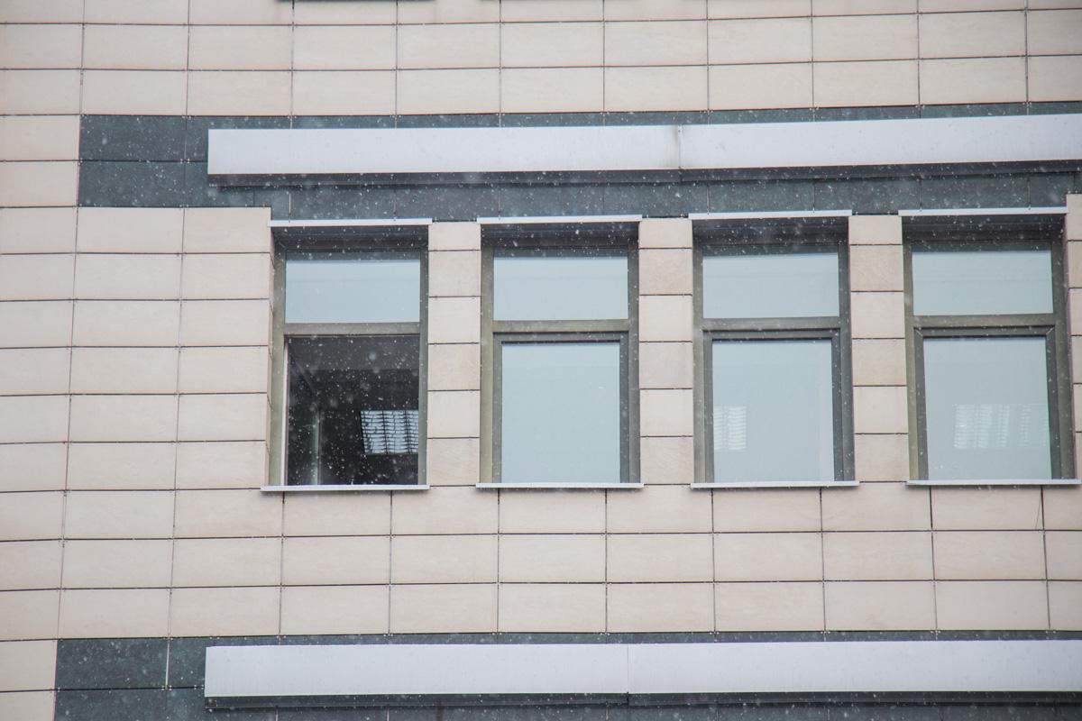 Предварительно, мальчик выпрыгнул из окна на 5 этаже