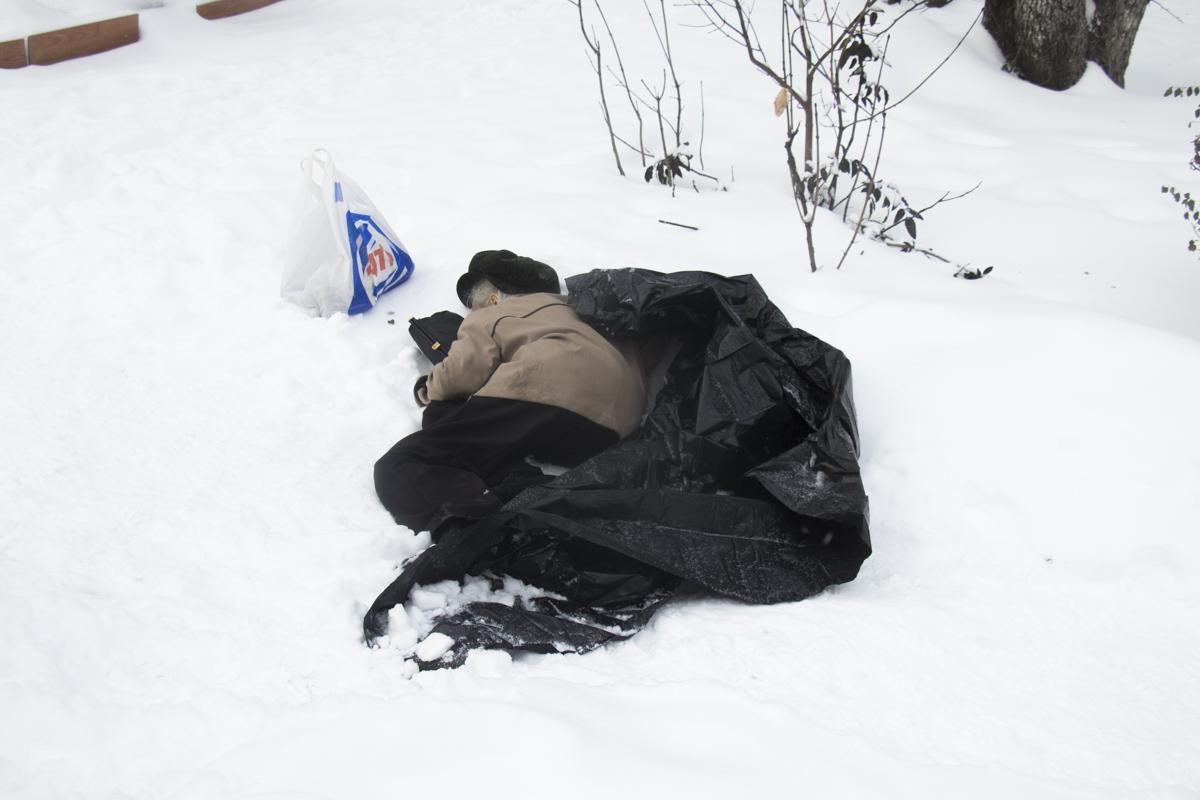 Во дворе домов по адресу бульвар Вацлава Гавела, 19 и 21 умерла женщина