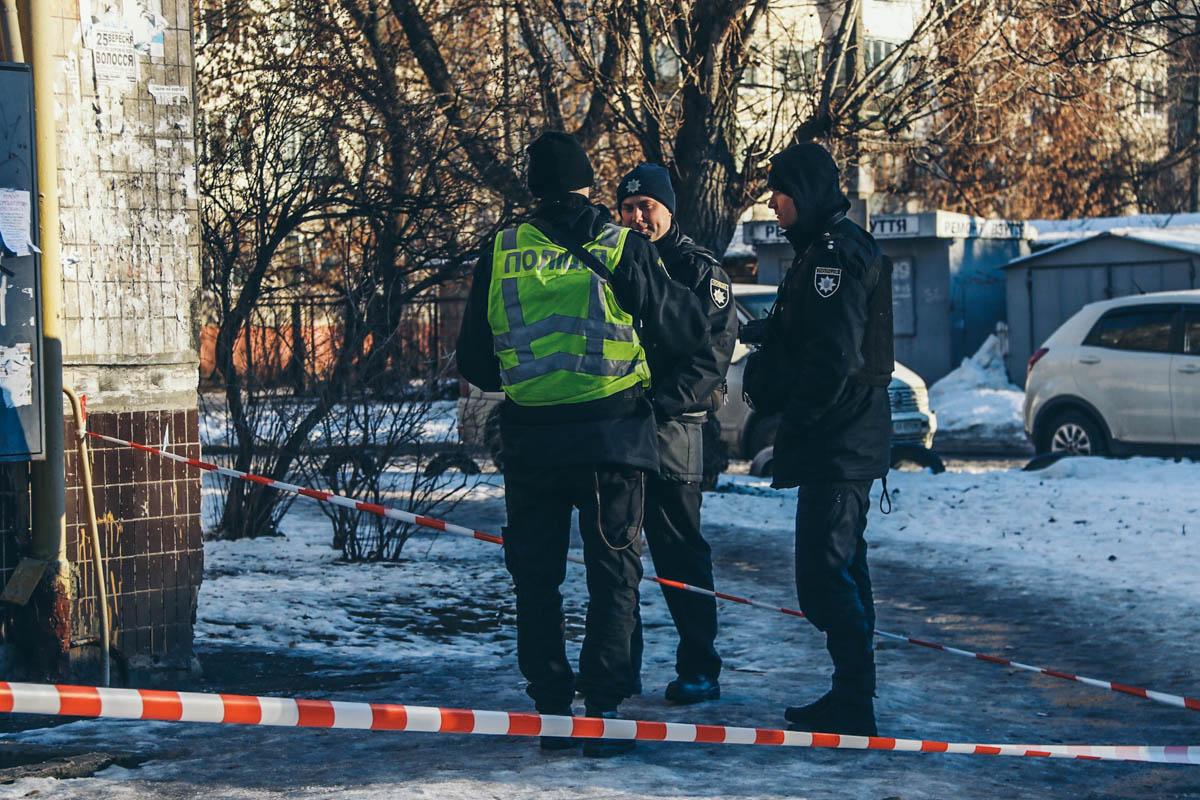 На его одежде, прибывшие на место происшествия полицейские, обнаружили следы крови
