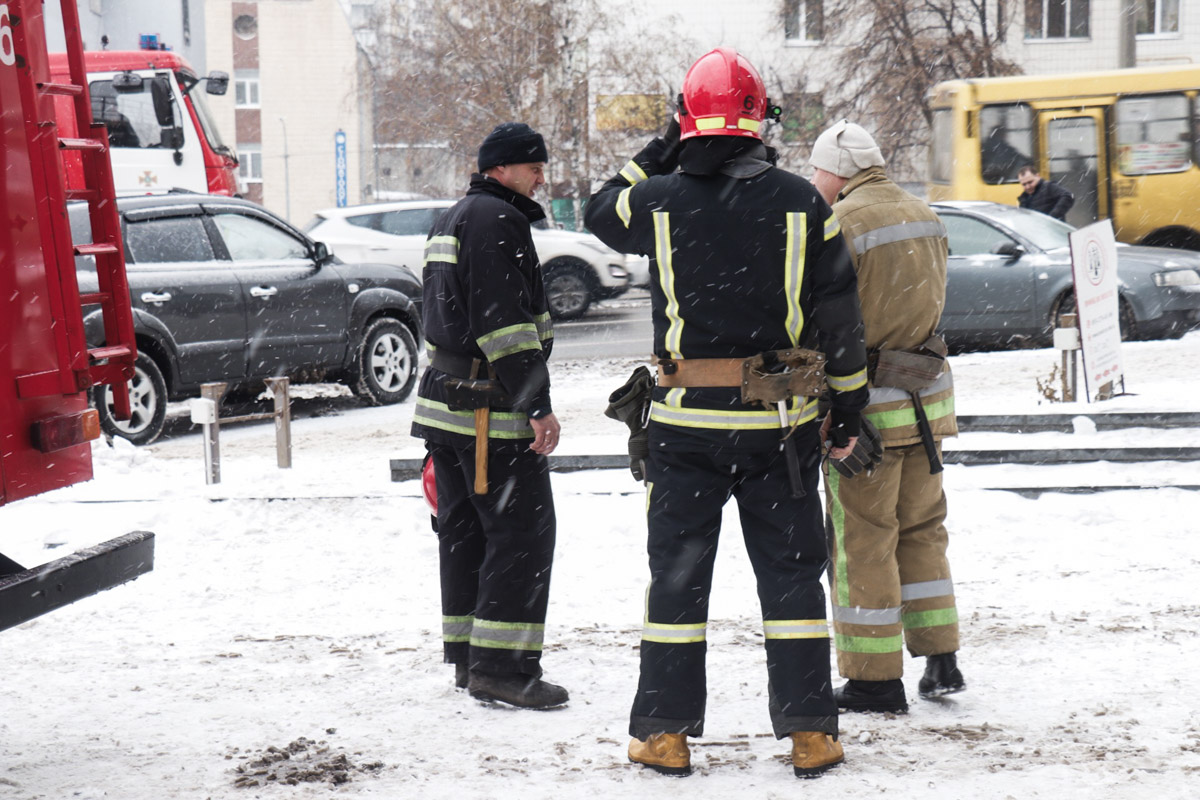 По предварительной информации, причиной взрыва послужила дымовая шашка, которой проверяли пожарную сигнализацию