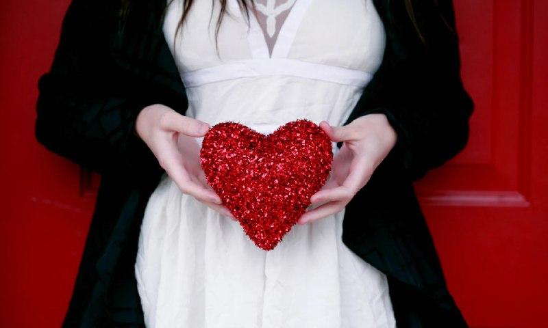 Зачастую девушкам легче придумать какой-либо подарок, но иногда фантазия иссякает и идей не остается совсем