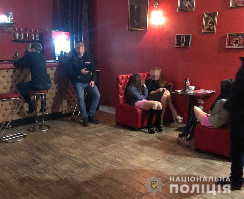 В Киеве на Подоле действовал стриптиз-клуб,где женщины оказывали клиентам сексуальные услуги