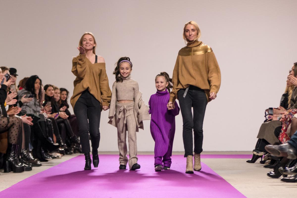 На одном из показов на подиуме профессиональные взрослые модели появились вместе с юными красотками
