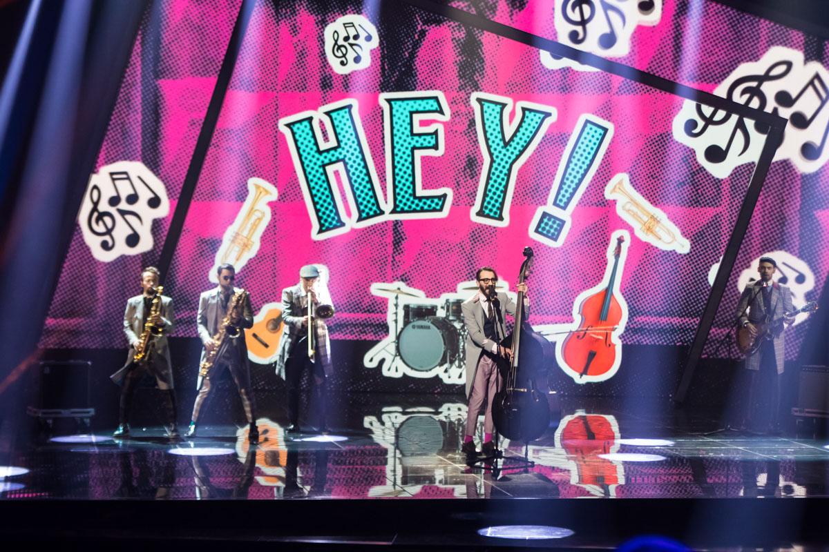 Увы, зрители и судьи не оценили звуков саксофонов и своеобразного исполнения, поставив по одному баллу