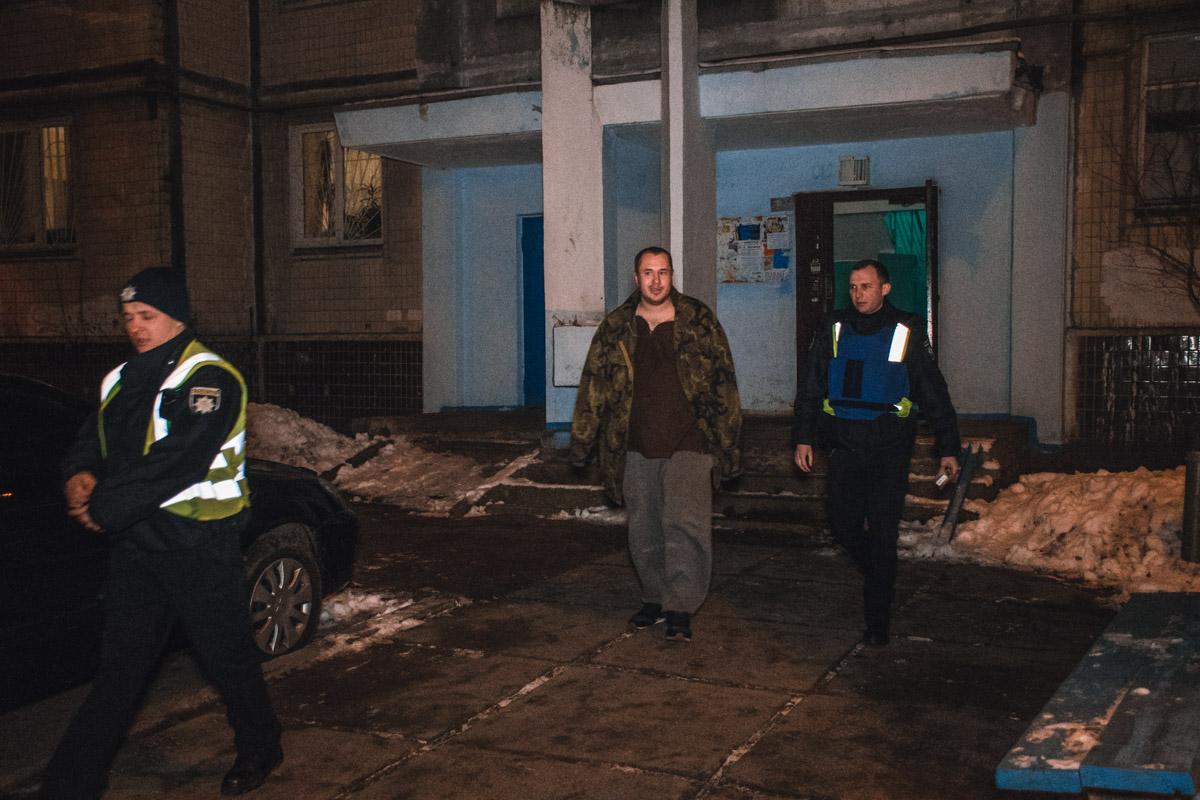 Сотрудники спецподразделения оцепили территорию рядом с подъездом, выбили двери в помещении и задержали мужчину 1987 года рождения