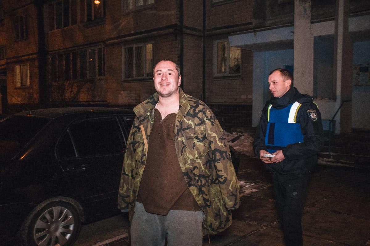 «Минер» оказался в состоянии сильного алкогольного опьянения, сначала кричал, но в автомобиль патрульных садился с улыбкой на лице и возгласами: «Что, задержали рецидивиста?»